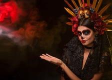 Ritratto creativo di Sugar Skull su fondo scuro con il copyspa fotografie stock libere da diritti