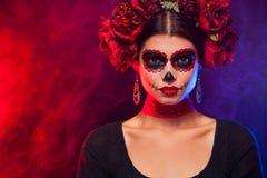 Ritratto creativo di Sugar Skull su fondo scuro con il copyspa fotografia stock libera da diritti