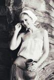 Ritratto d'annata della giovane donna con una brocca Immagini Stock Libere da Diritti