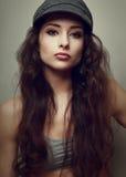 Ritratto d'annata della ragazza d'avanguardia in cappello di divertimento Immagine Stock