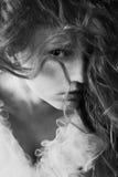 Ritratto d'annata di bella posa del tipo di regina della giovane donna Fotografie Stock Libere da Diritti