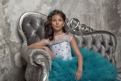 Ritratto d'annata di una ragazza in un vestito blu Fotografia Stock Libera da Diritti