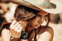 Ritratto d'uso del cappello della giovane bella donna Immagine Stock