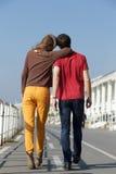 Ritratto da dietro di camminata della donna e del giovane Fotografie Stock