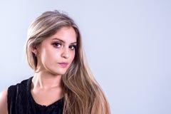 Ritratto dai capelli lunghi biondo adorabile della giovane signora immagini stock