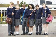 Ritratto degli allievi della scuola elementare in campo da giuoco Fotografia Stock Libera da Diritti