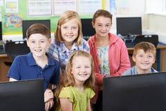Ritratto degli allievi della scuola elementare nella classe del computer Immagini Stock Libere da Diritti