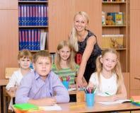 Ritratto degli allievi e del loro insegnante in un'aula Fotografia Stock