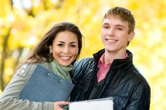 Ritratto degli allievi felici all'aperto Fotografia Stock