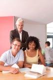 Ritratto degli allievi felici con il conferenziere Fotografie Stock