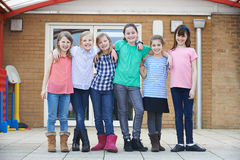 Ritratto degli allievi femminili della scuola fuori dell'aula Immagine Stock Libera da Diritti