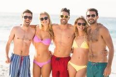 Ritratto degli amici alla spiaggia Immagini Stock