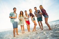 Ritratto degli amici alla spiaggia Immagine Stock
