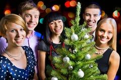 Ritratto degli amici che celebrano nuovo anno Immagini Stock