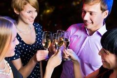 Ritratto degli amici che celebrano nuovo anno Fotografia Stock