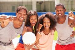 Ritratto degli amici che giocano la partita di pallavolo Fotografia Stock