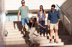Ritratto degli amici del gruppo divertendosi nella via Fotografia Stock Libera da Diritti