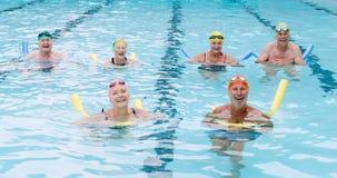 Ritratto degli anziani che nuotano con il tubo gonfiabile archivi video