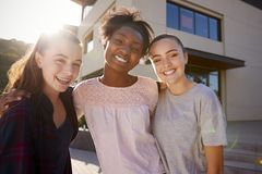 Ritratto degli edifici femminili di Friends Outside College dello studente della High School fotografie stock
