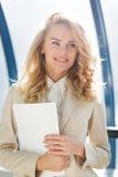 Ritratto degli impiegati della giovane signora Riuscito concetto della donna di affari Immagini Stock