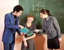 Ritratto degli insegnanti che spiegano qualcosa ad uno schoolbo sorridente Immagini Stock