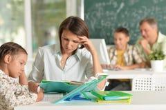 Ritratto degli insegnanti con esperienza che lavorano con i bambini immagini stock