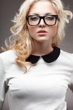 Ritratto degli occhiali d'uso della donna bionda Fotografie Stock Libere da Diritti