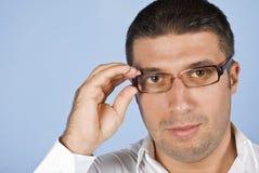 Ritratto degli occhiali da portare dell'uomo Fotografia Stock Libera da Diritti