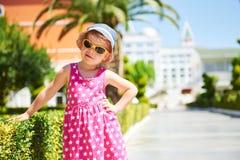 Ritratto degli occhiali da sole d'uso di un bambino felice all'aperto nel giorno di estate Amara Dolce Vita Luxury Hotel ricorso  fotografie stock libere da diritti