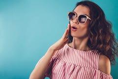 Ritratto degli occhiali da sole d'uso sorpresi di una donna Immagini Stock Libere da Diritti