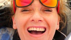 Ritratto degli occhiali da sole della giovane donna e del cappello di paglia d'uso sorridenti davanti al mare la ragazza spensier video d archivio
