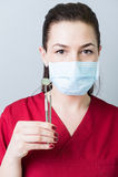 Ritratto degli strumenti del dentista di tenuta della donna Fotografia Stock