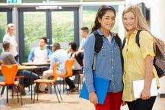 Ritratto degli studenti adolescenti femminili in aula Fotografie Stock