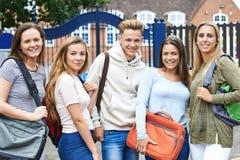 Ritratto degli studenti adolescenti fuori dell'edificio scolastico Immagini Stock