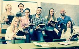 Ritratto degli studenti adulti a classe Immagini Stock