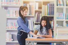 Ritratto degli studenti asiatici abili che effettuano insieme ricerca Fotografie Stock