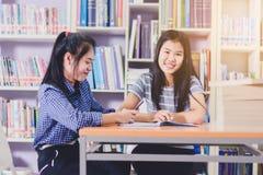Ritratto degli studenti asiatici abili che effettuano insieme ricerca Fotografia Stock Libera da Diritti