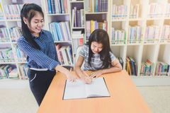 Ritratto degli studenti asiatici abili che effettuano insieme ricerca nel passo Fotografia Stock
