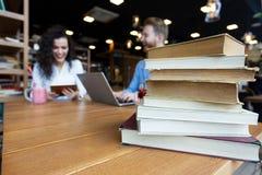 Ritratto degli studenti che studiano insieme nella libreria Fotografia Stock Libera da Diritti