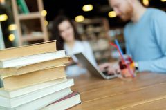 Ritratto degli studenti che studiano insieme nella libreria Fotografie Stock Libere da Diritti