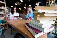 Ritratto degli studenti che studiano insieme nella libreria Fotografie Stock