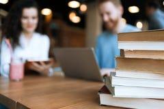 Ritratto degli studenti che studiano insieme nella libreria Immagini Stock Libere da Diritti