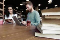 Ritratto degli studenti che studiano insieme nella libreria Immagine Stock Libera da Diritti