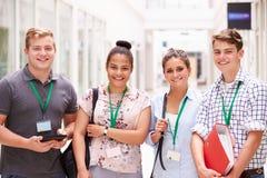 Ritratto degli studenti di college che stanno nel corridoio immagini stock libere da diritti