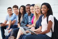 Ritratto degli studenti universitari all'aperto sulla città universitaria Immagine Stock
