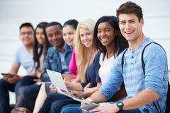 Ritratto degli studenti universitari all'aperto sulla città universitaria Immagini Stock Libere da Diritti