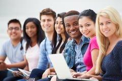 Ritratto degli studenti universitari all'aperto sulla città universitaria Fotografia Stock