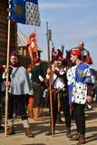 Ritratto degli uomini in costumi storici, tengono le bandiere Immagine Stock Libera da Diritti