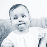 Ritratto dei 2 anni adorabili di neonata Fotografie Stock Libere da Diritti