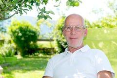 Ritratto dei 55 anni bei dell'uomo con gli occhiali Fotografia Stock Libera da Diritti